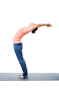 Sportlich fit frau praktiziert yoga asana anuvittasana
