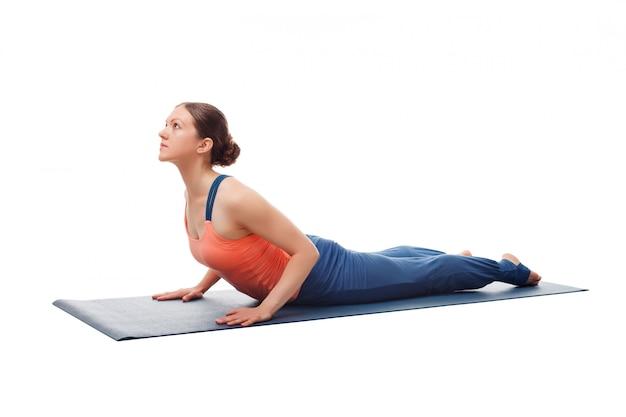 Sportlich fit yogini frau praktiziert yoga asana bhujangasana