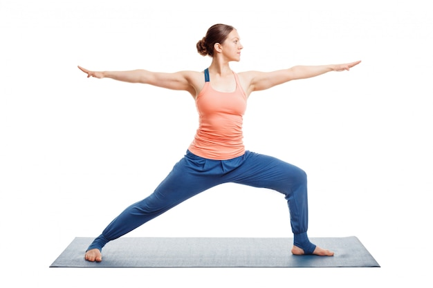 Sportlich fit yogini frau praktiziert yoga asana uthita virabhadras