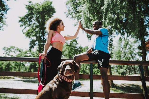 Sportliche afrikanische paare, die spaß im park haben