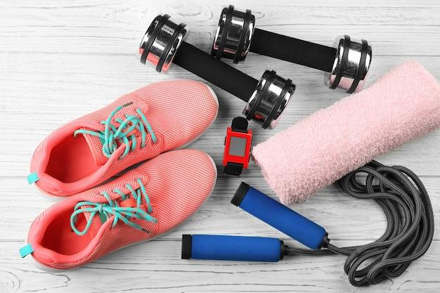 Sportliche ausrüstung auf weißem holzhintergrund