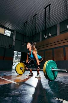 Sportliche frau ausbildung in der turnhalle