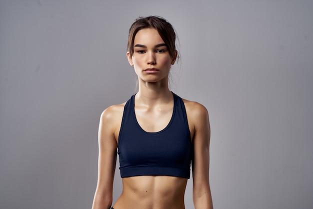 Sportliche frau boxen stanzen workout bandagen dunklen hintergrund