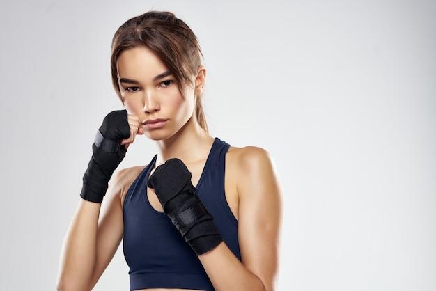 Sportliche frau boxtraining trainiert fitness posiert isolierten hintergrund
