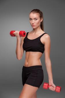 Sportliche frau, die aerobic-übung tut