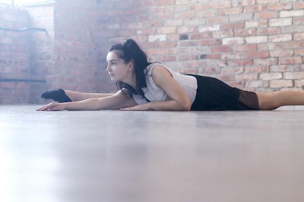 Sportliche frau, die gymnastikdehnung tut