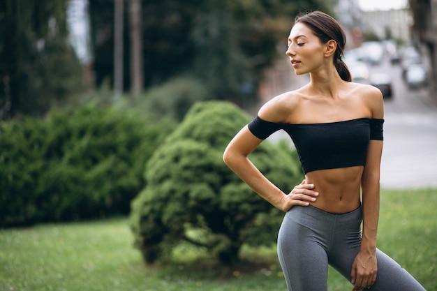 Sportliche frau, die im park trainiert
