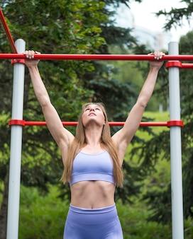 Sportliche frau, die mittleren schuss ausdehnt