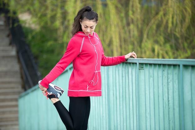 Sportliche frau, die sich auf joggen vorbereitet
