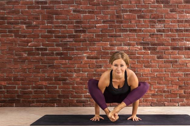 Sportliche frau, die yoga praktiziert