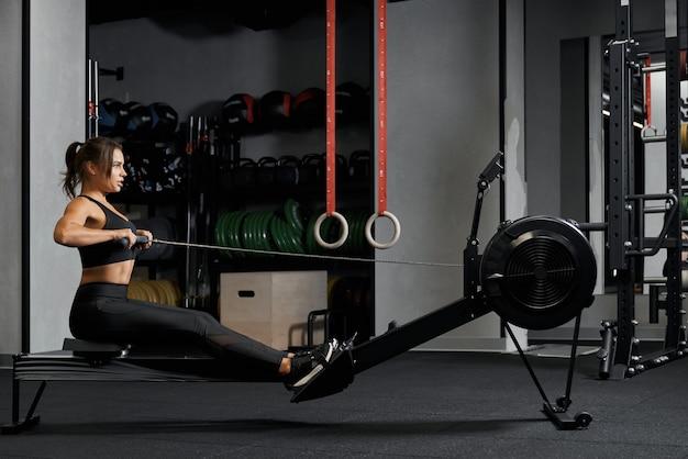 Sportliche frau macht übungen in ihrem brustmuskel p