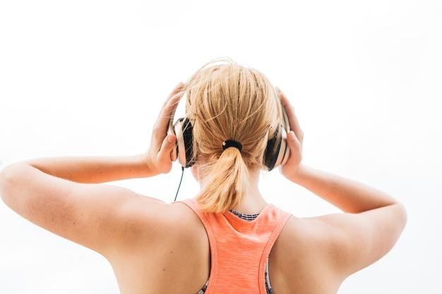 Sportliche frau mit kopfhörern