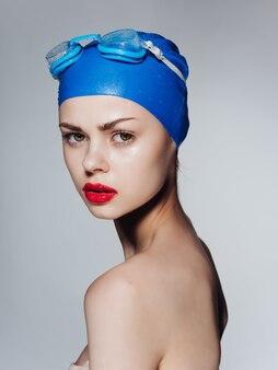 Sportliche frau mit roten lippen, die trainingsprofi schwimmt