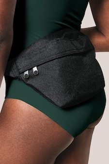 Sportliche frau mit schwarzer gürteltasche streetwear