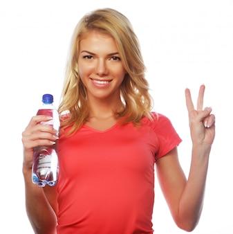 Sportliche frau mit wasserflasche