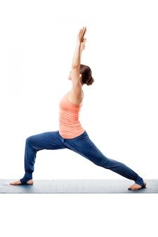 Sportliche frau praktiziert yoga asana