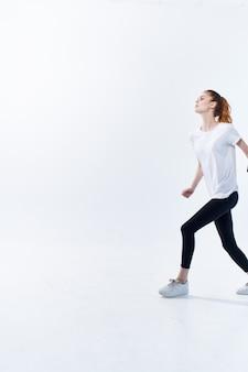 Sportliche frau springt workout fitness cardio-übung