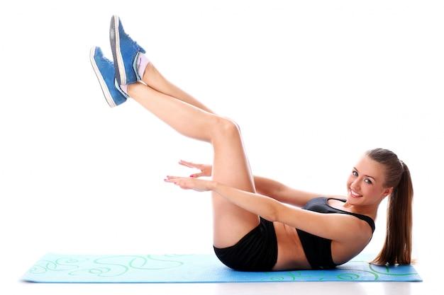 Sportliche frau trainieren