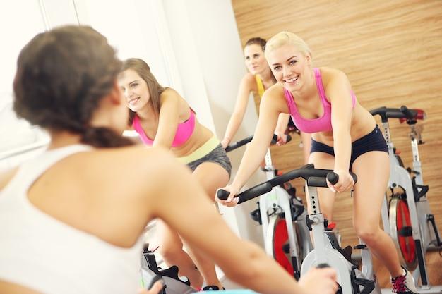 Sportliche frauengruppe beim spinning-kurs