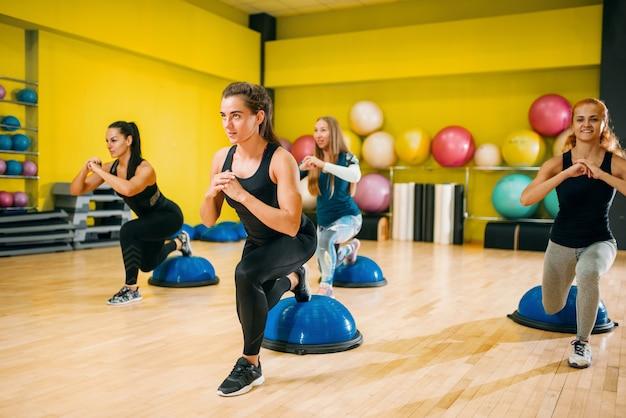 Sportliche frauengruppe in sportbekleidung, die beim fitnesstraining trainiert. weibliche sportteamwork im fitnessstudio.