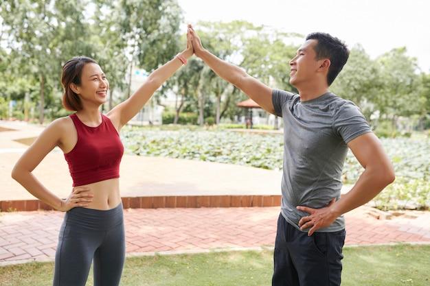 Sportliche freunde geben high five