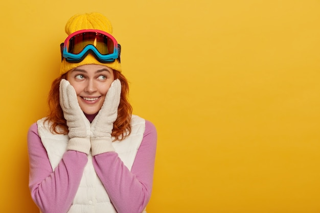 Skigebiet und snowboarden. froh lächelnde dunkelhäutige