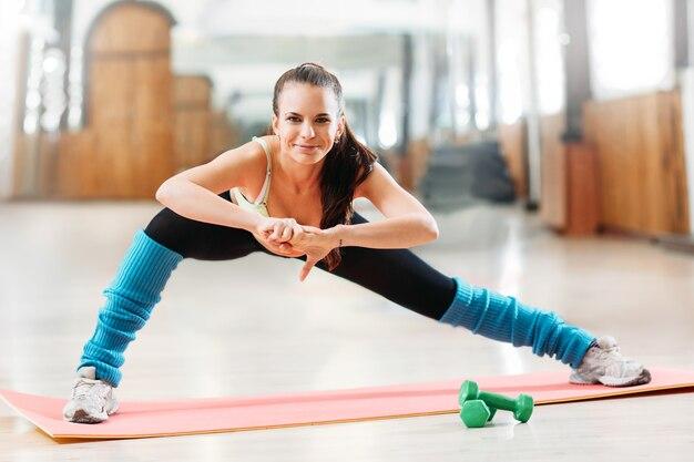 Sportliche glückliche frau auf fitness-training