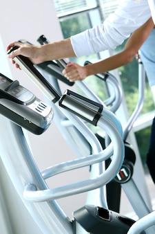 Sportliche junge frau beim fitness-traning