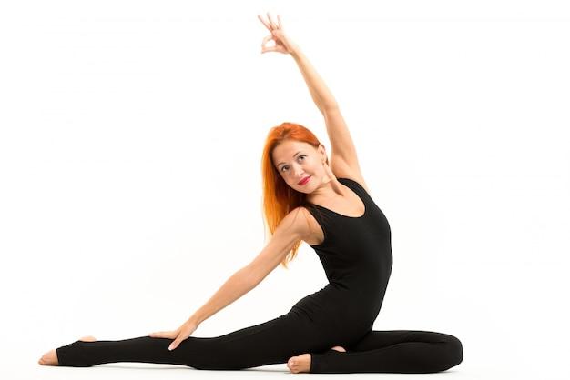Sportliche junge frau macht yoga asana