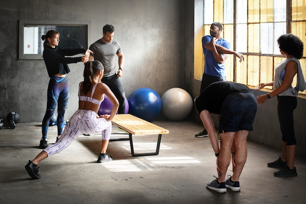 Sportliche leute im fitnessstudio