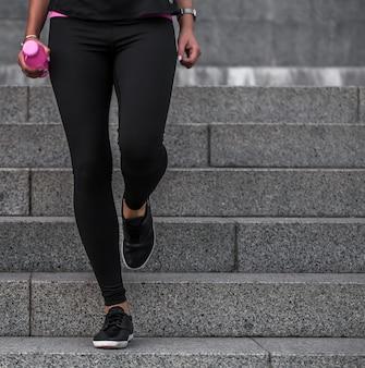 Sportliche mädchen sind auf den stufen