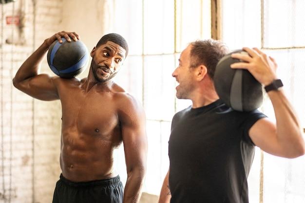 Sportliche männer trainieren mit fitnessbällen