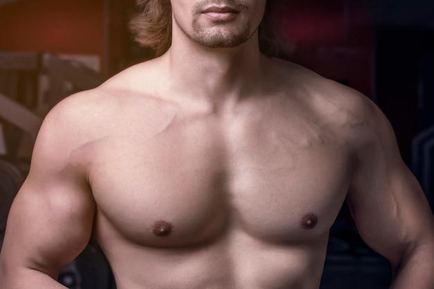 Sportliche muskulöse brust der männer nah und sexy kinn.