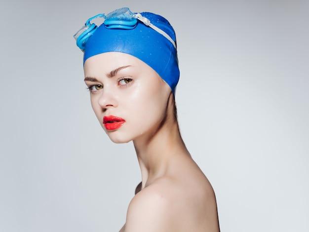 Sportlicher frauenschwimmanzug-trainings-übungslebensstil. foto in hoher qualität