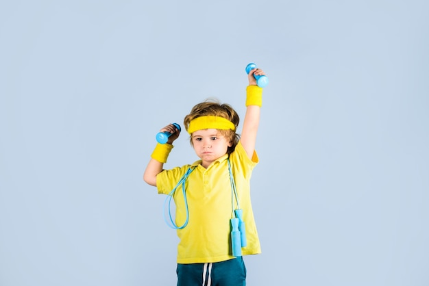 Sportlicher junge mit springseil und hanteln sport fitness kind kindersportler kindheitsaktivität
