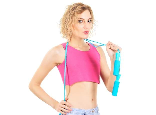 Sportlicher lebensstil. fitnesstrainer mit springseil. attraktives sportmädchen mit springseil.