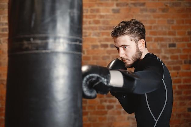 Sportlicher mann, der boxt. foto des boxers auf einem ring. kraft und motivation