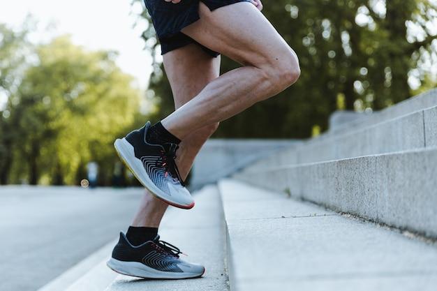 Sportlicher mann, der draußen in london trainiert