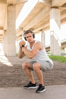 Sportlicher mann, der draußen trainiert