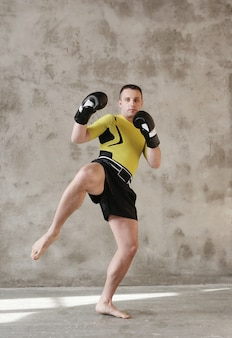 Sportlicher mann, der karate-techniken zeigt