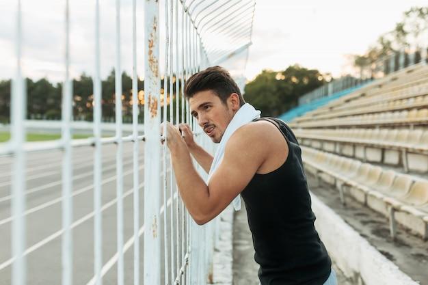 Sportlicher mann, der nach draußen ausbilden stillsteht