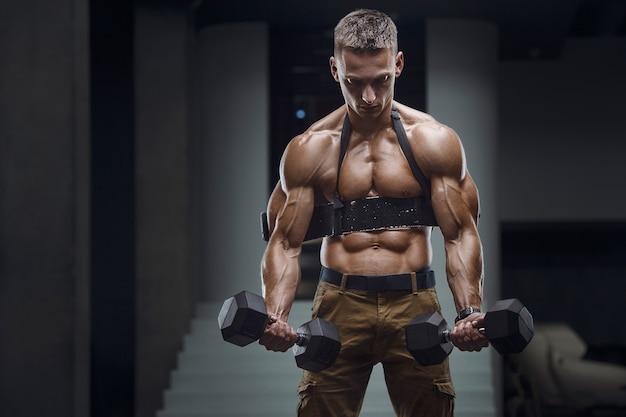 Sportlicher mann des kaukasischen krafttrainings, der bizepsmuskeln aufpumpt.