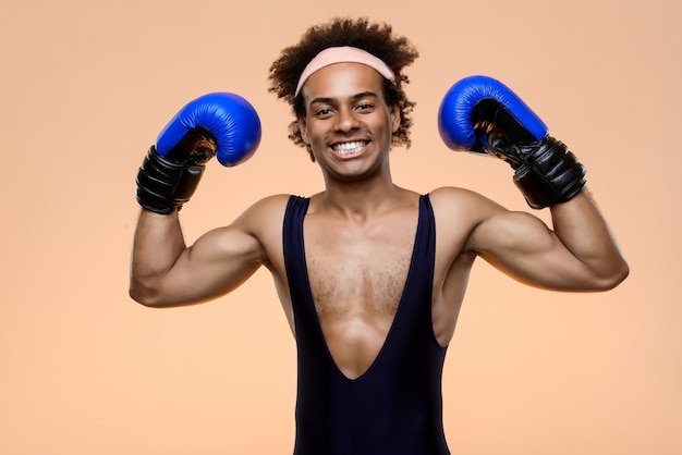 Sportlicher mann im boxhandschuhtraining