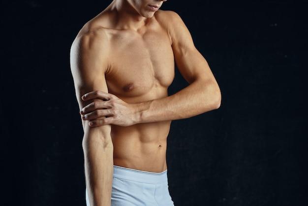 Sportlicher mann mit aufgepumpter bauchmuskeltrainings-fitnessmotivation