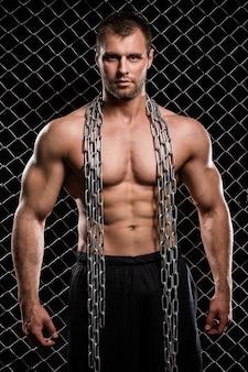 Sportlicher mann mit dunkler szene