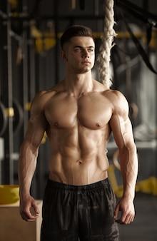 Sportlicher mann mit einem seil.