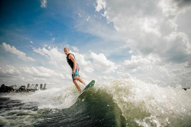 Sportlicher surfer reitet auf den wellen