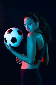 Sportliches junges mädchen der vorderansicht mit ball
