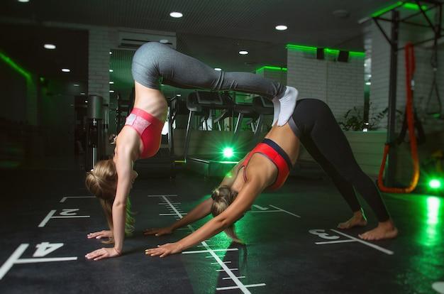 Sportliches mädchen, das im fitnessclub in form posiert