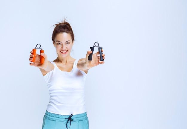 Sportliches mädchen mit schwarzen und orangefarbenen handgriffen.